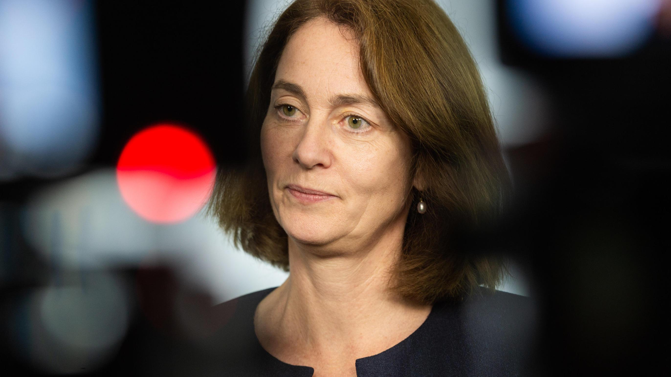 Berlin Katarina Barley, Bundesjustizministerin ist zwischen Kameras bei einem dpa Interview zu sehen
