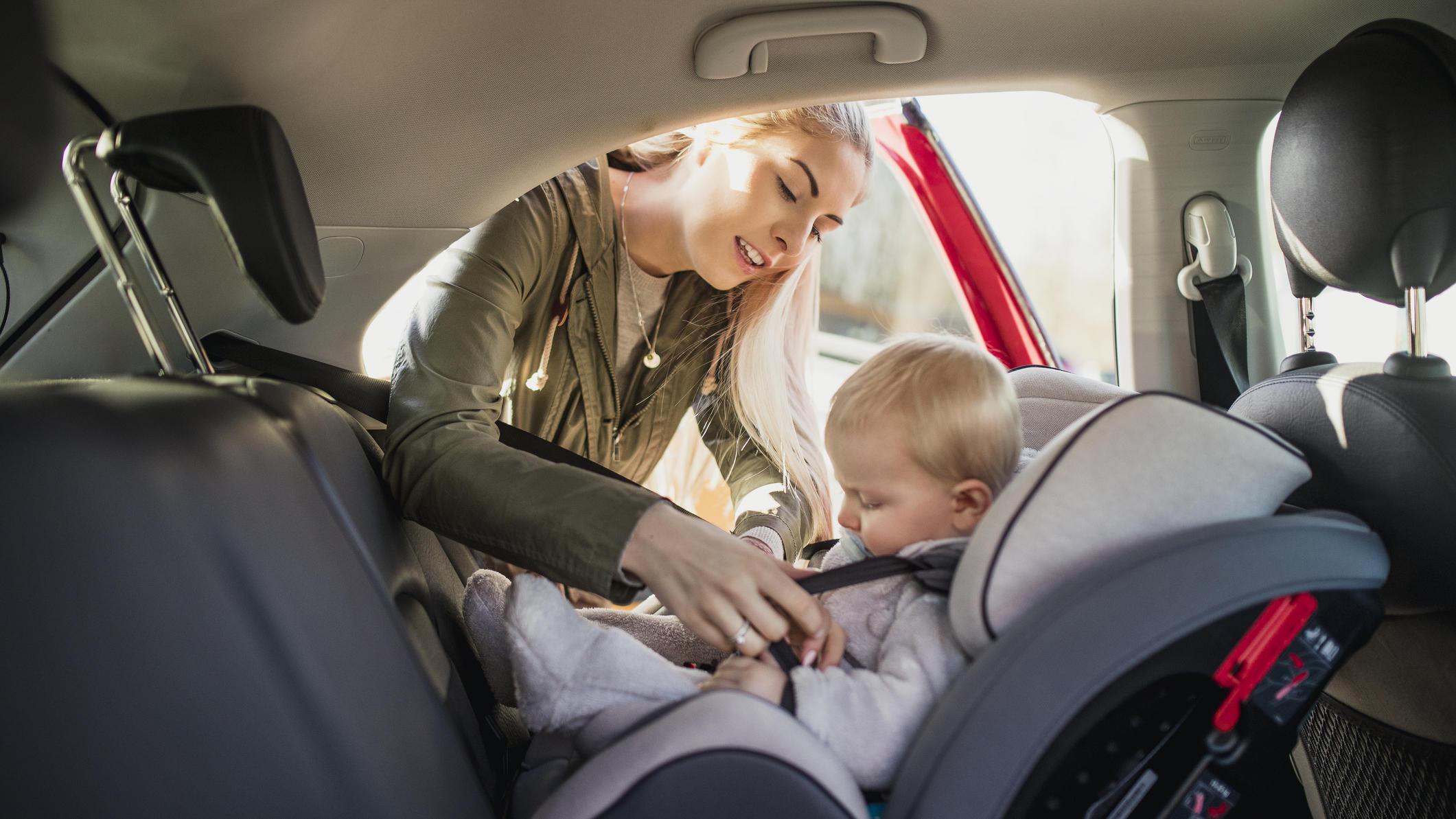 kindersitze kinder sollten bis vier r ckw rts im auto. Black Bedroom Furniture Sets. Home Design Ideas