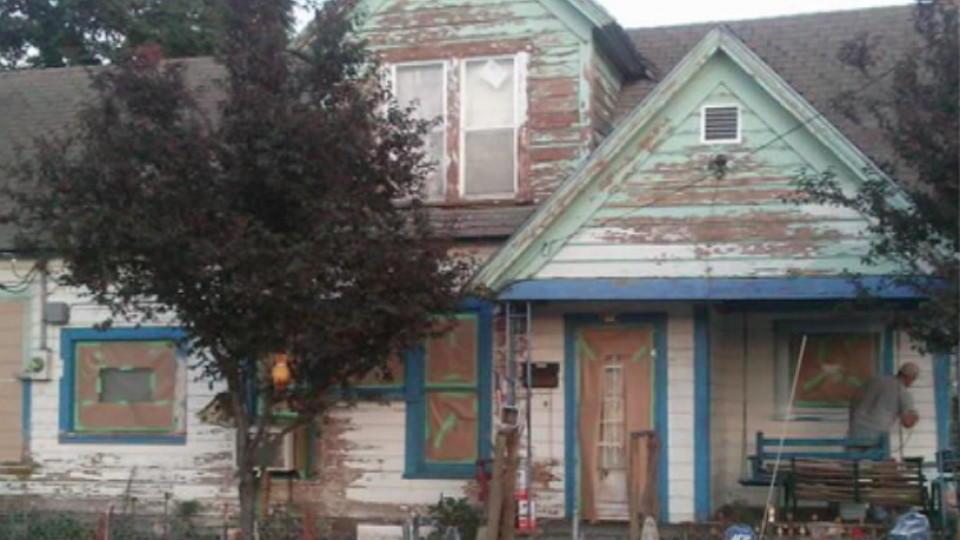 Fremde renovieren Haus für mittellosen Rentner dank Facebook-Aktion