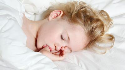 wie viel schlaf braucht ihr kind in welchem alter. Black Bedroom Furniture Sets. Home Design Ideas