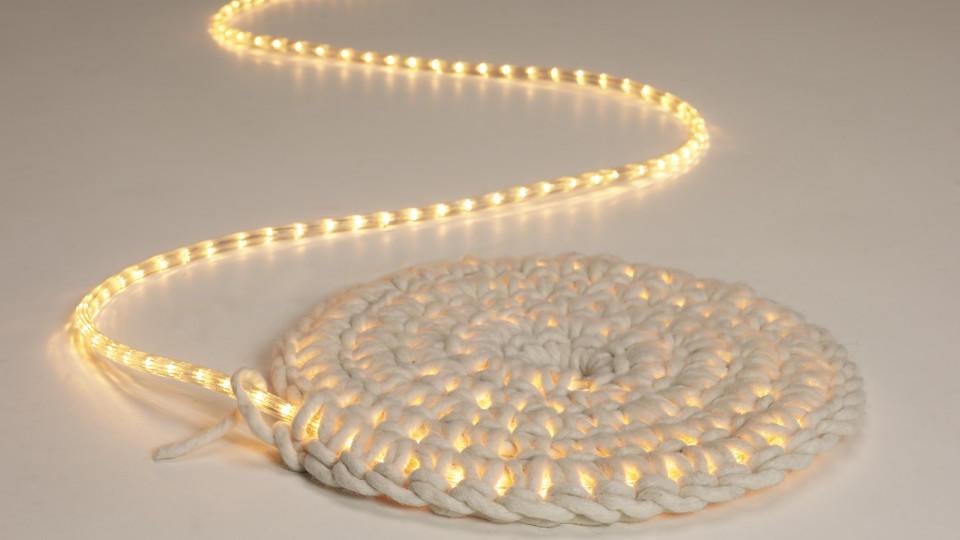 Teppich häkeln: Dieser Leuchtteppich sorgt für stilvolles Ambiente