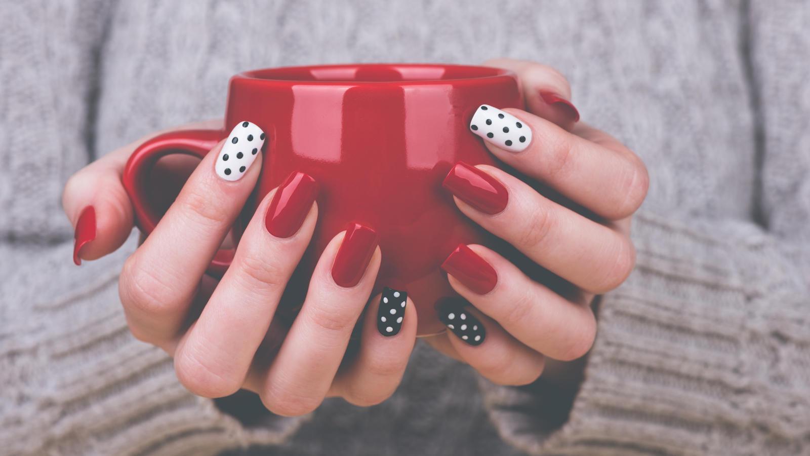 Negative Space Nails – So geht das neue Trend-Nagel-Design!