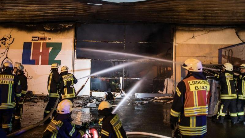 Verheerender Schaden: Baumarkt in Limburg brennt ab - 200 Retter im Einsatz