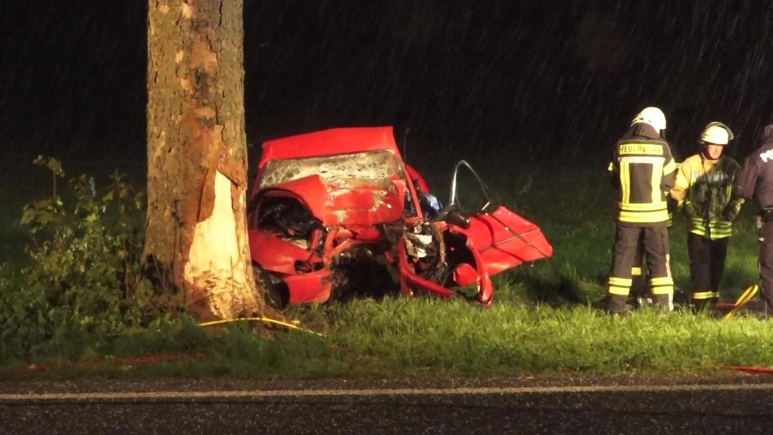 Autofahrer fährt gegen Baum und stirbt
