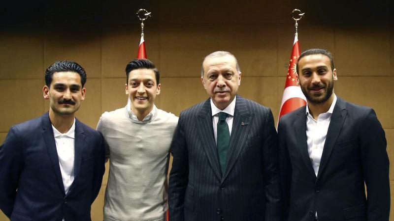 Wirbel um Erdogan-Foto mit DFB-Kickern Özil und Gündogan