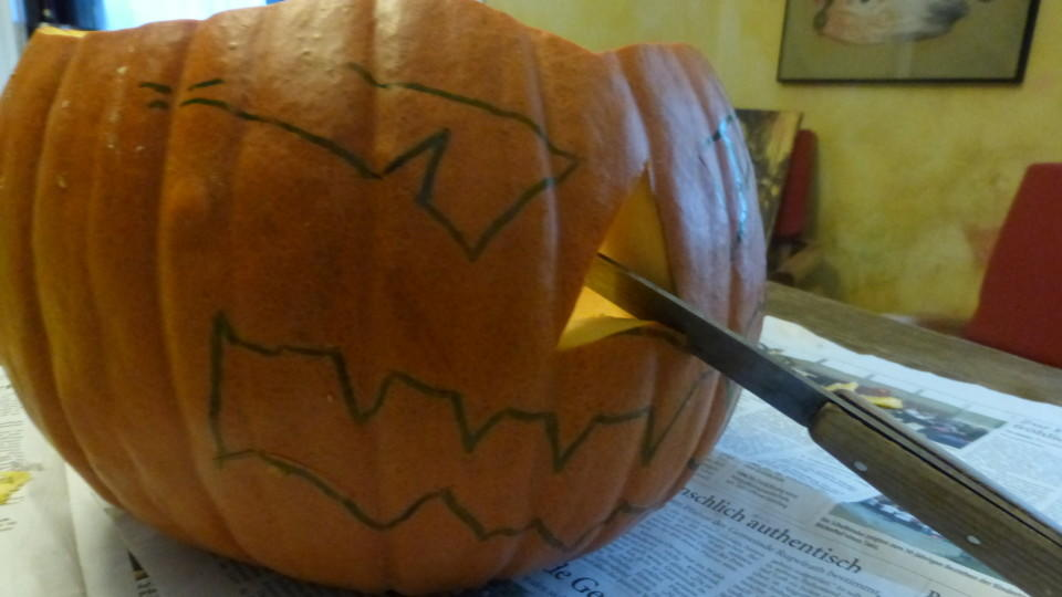 Halloween-Basteln: So schnitzen Sie einen gruseligen Kürbis