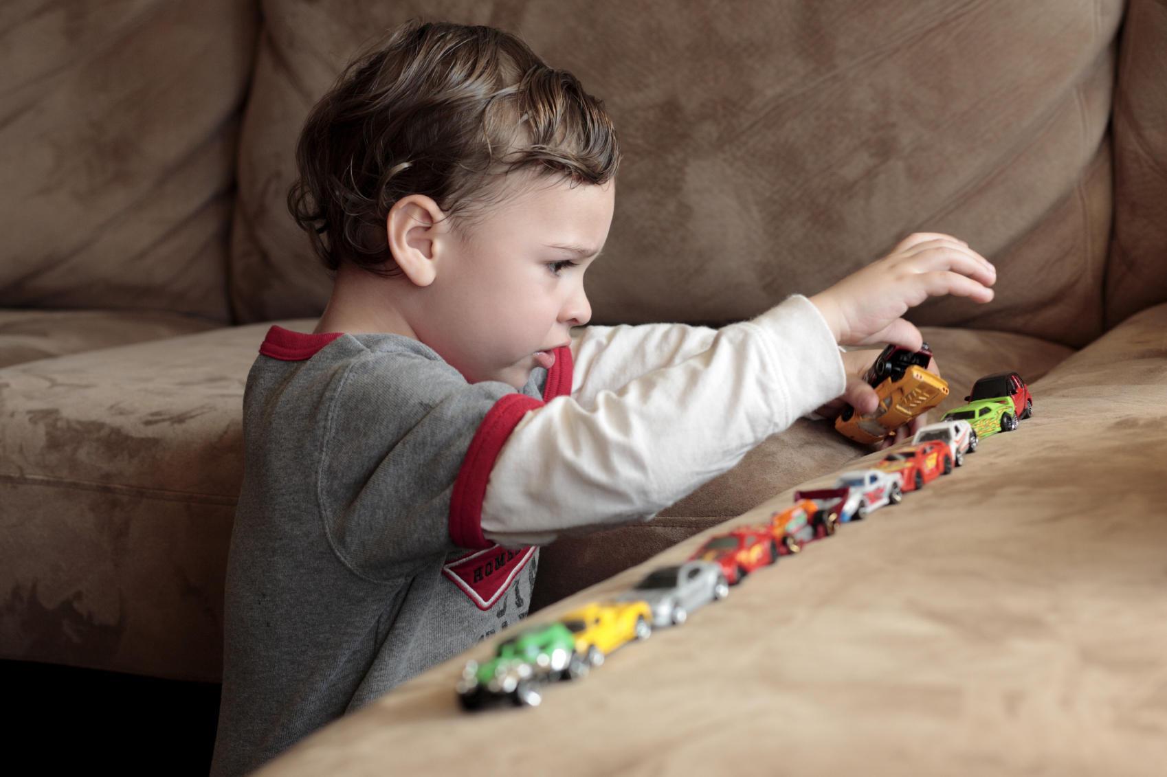 autismus auf diese symptome sollten sie bei ihrem kind achten. Black Bedroom Furniture Sets. Home Design Ideas
