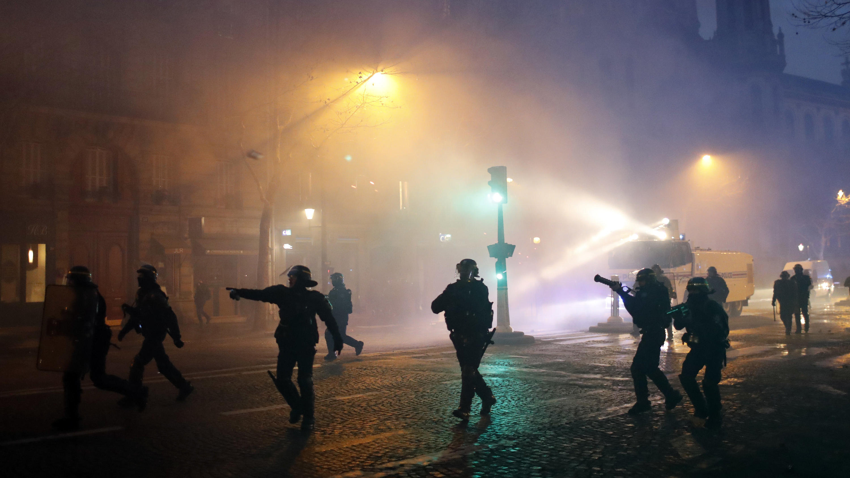 dpatopbilder - 08.12.2018, Frankreich, Paris: Die Polizei geht gegen die Demonstranten vor. Bei den Demonstrationen der «Gelben Westen» in Paris hat sich die Lage am Samstagnachmittag zugespitzt. Die Polizei setzte Tränengas und Wasserwerfer ein. Nac