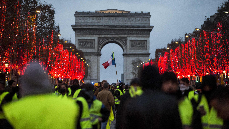 dpatopbilder - 08.12.2018, Frankreich, Paris: Demonstranten stehen vor dem Arc de Triomphe. Bei den Demonstrationen der «Gelben Westen» in Paris hat sich die Lage am Samstagnachmittag zugespitzt. Die Polizei setzte Tränengas und Wasserwerfer ein. Nac
