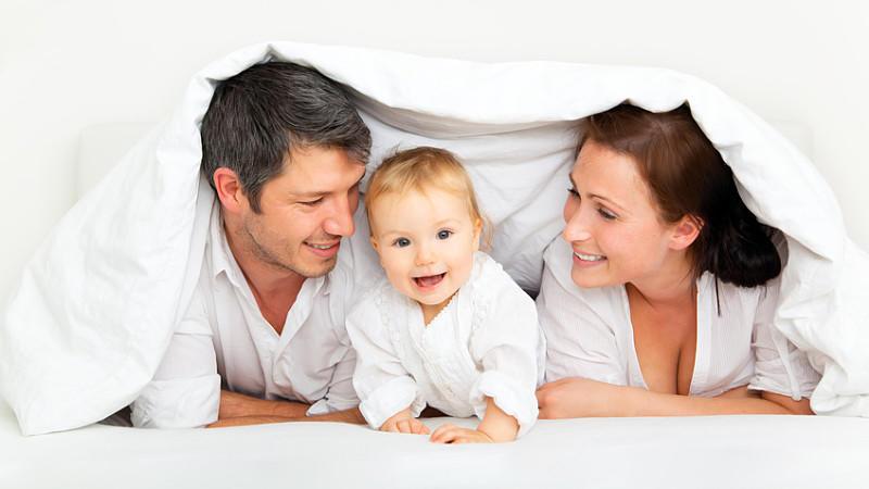 co sleeping wenn kinder mit im ehebett schlafen. Black Bedroom Furniture Sets. Home Design Ideas