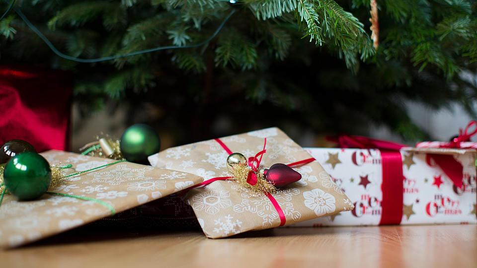 geschenke verpacken wie sie aus alltagsgegenst nden originelle verpackungen zaubern. Black Bedroom Furniture Sets. Home Design Ideas