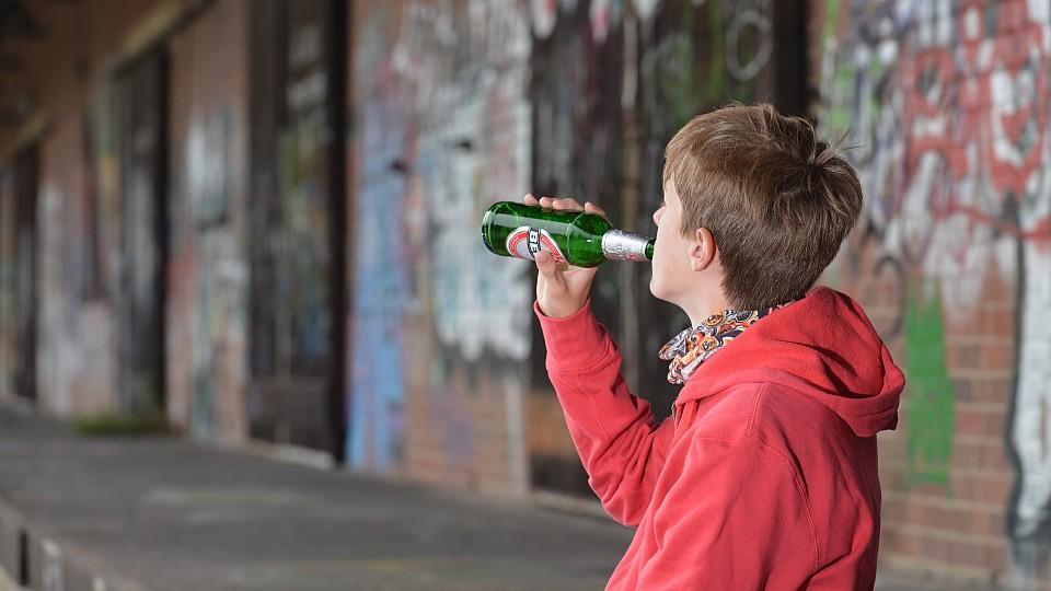 vater trinkt alkohol