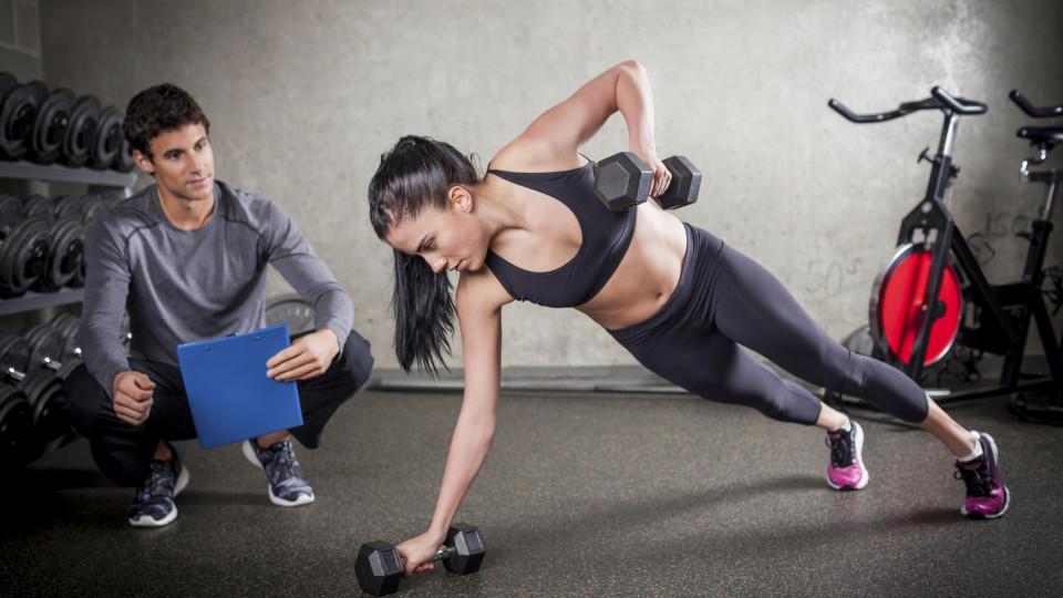 hüftspeck übungen fitnessstudio