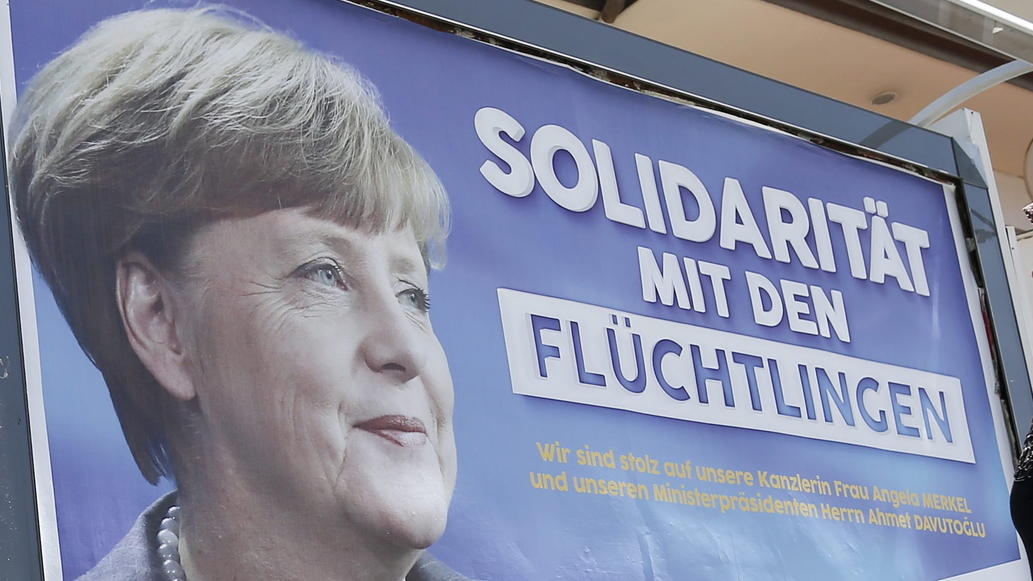"FILE - People walk in front of billboards with the picture of German Chancellor Angela Merkel with the words&#x3B; 'Solidarity with the refugees', in Gaziantep, Turkey, 23 April 2016.  EPA/SEDAT SUNA (zu dpa-KORR.: ""Wie Merkel in einer Nacht das Land gepr"