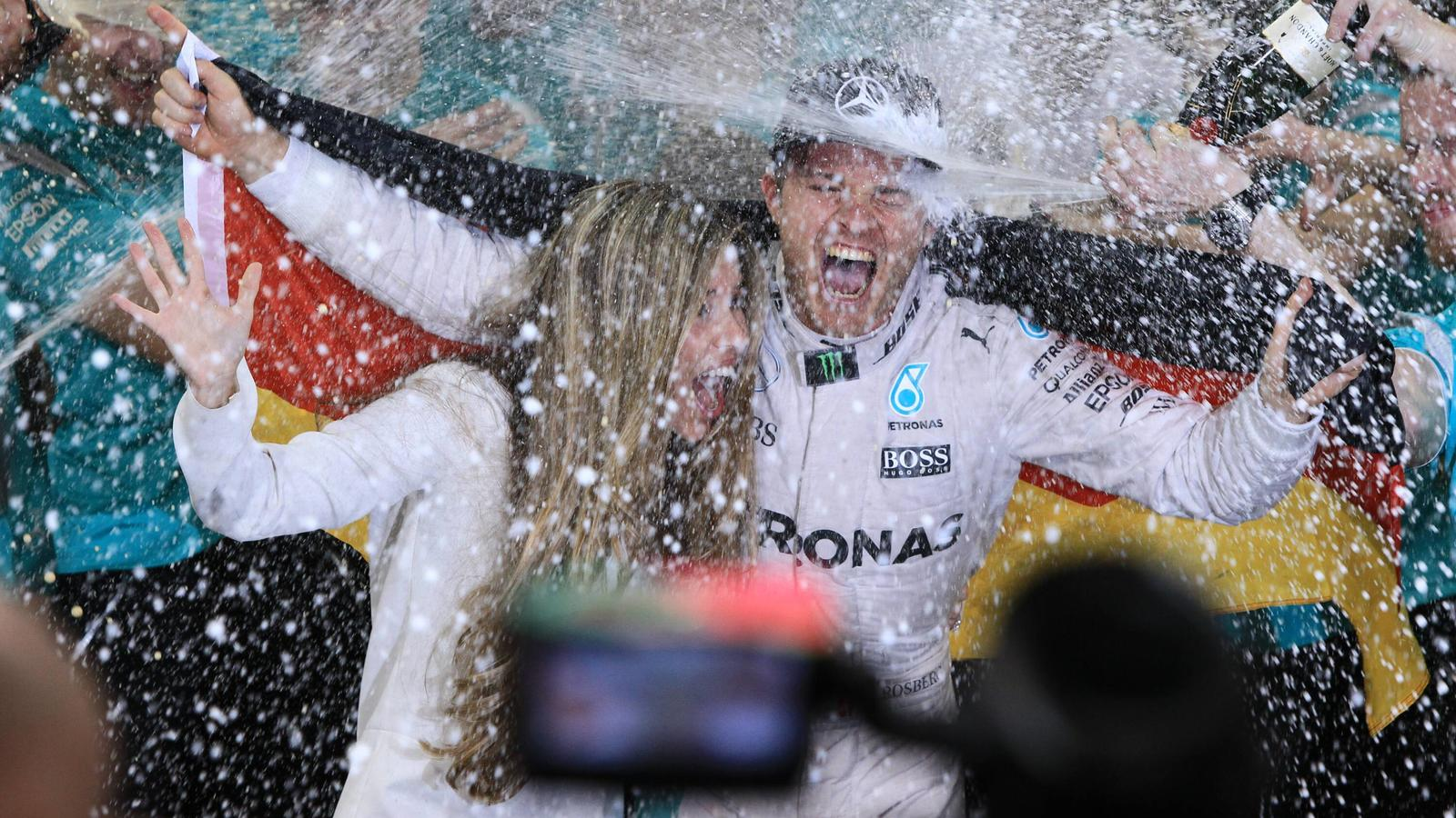 Formel 1, GP von Abu Dhabi, Nico Rosberg ist Weltmeister  27.11.2016. Abu Dhabi, UAE. Formula 1 Grand Prix Abu Dhabi, race day. Mercedes AMG Petronas - Nico Rosberg wins the driver world season championship seen with wife Vivian as the champagne flow