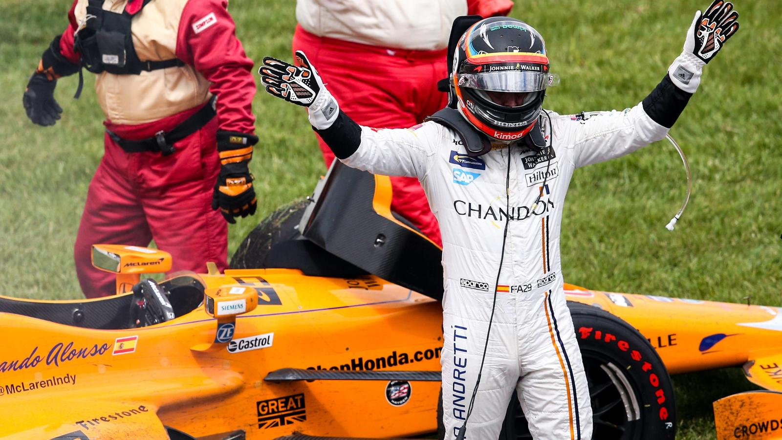 Fernando Alonso acknowledges the turn one crowd after his engine failed in the 2017 Indianapolis 500, at the Indianapolis Motor Speedway on May 28, 2017 in Indianapolis, Indiana. PUBLICATIONxINxGERxSUIxAUTxHUNxONLY IND2017052833 MIKExGENTRYFernando A