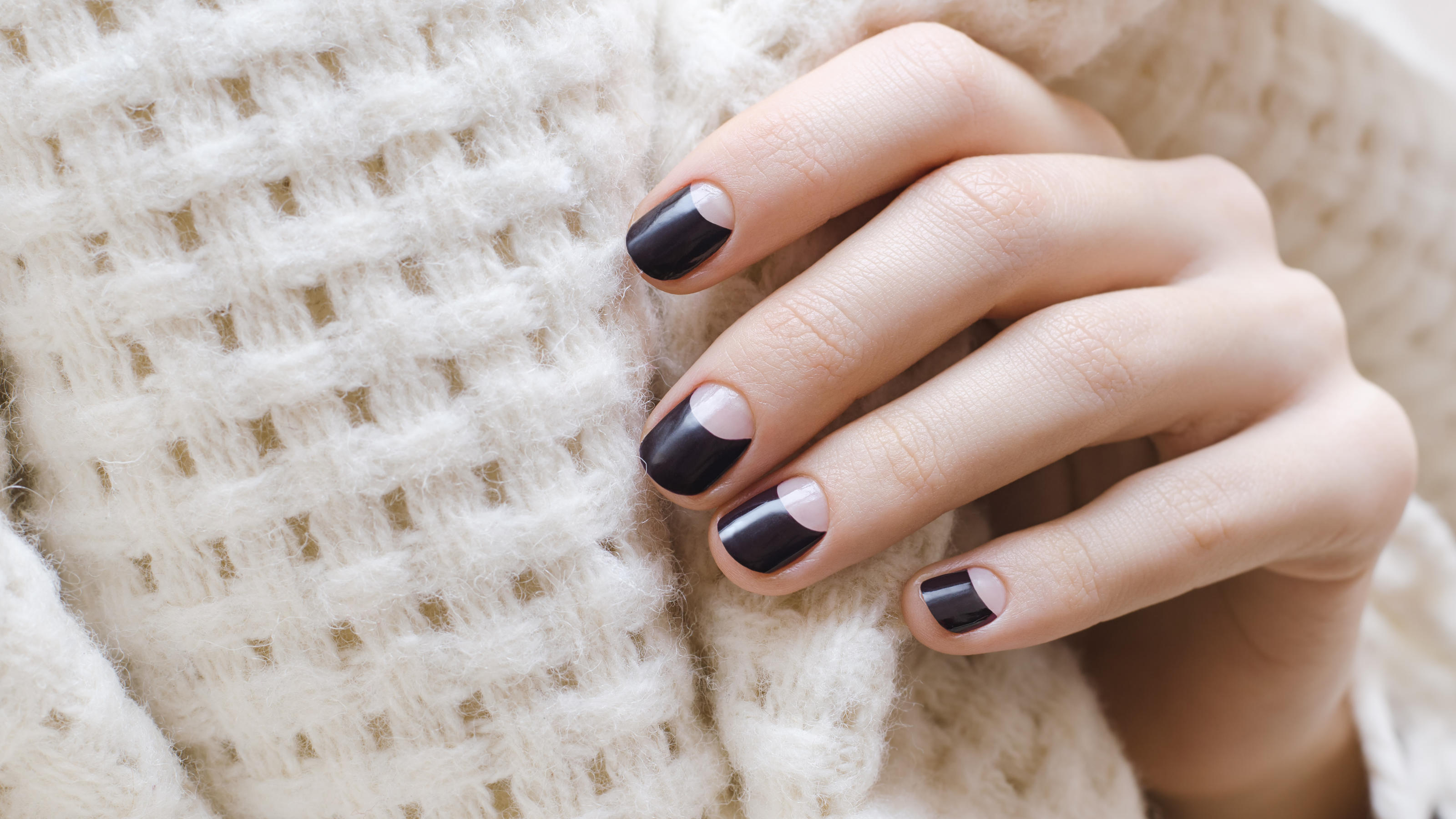 negative space nails so geht das neue trend nagel design - Schone Nagel Muster