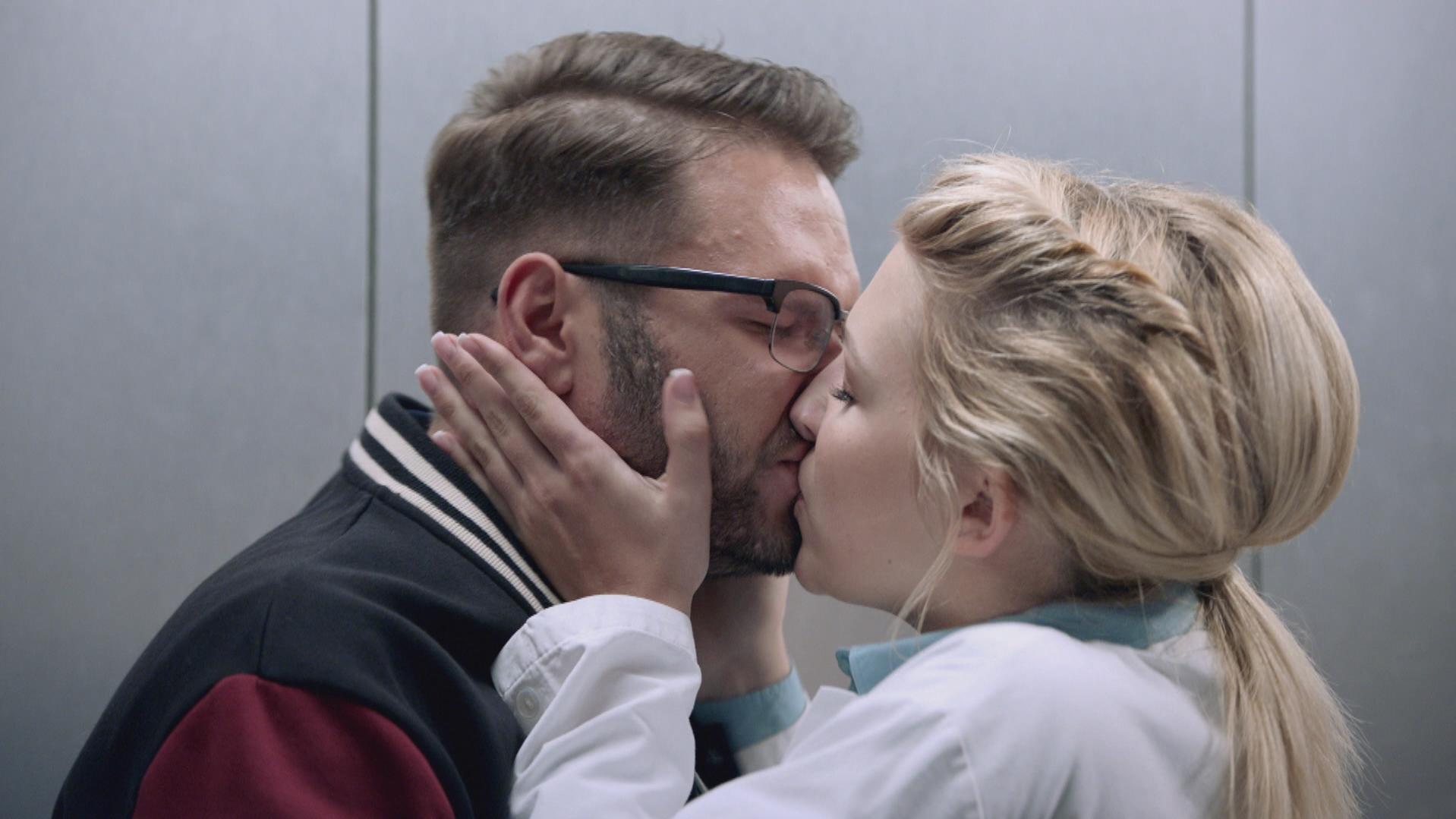 GZSZ-Folge 6397 vom 04.12.2017: Tuner und Lilly küssen sich