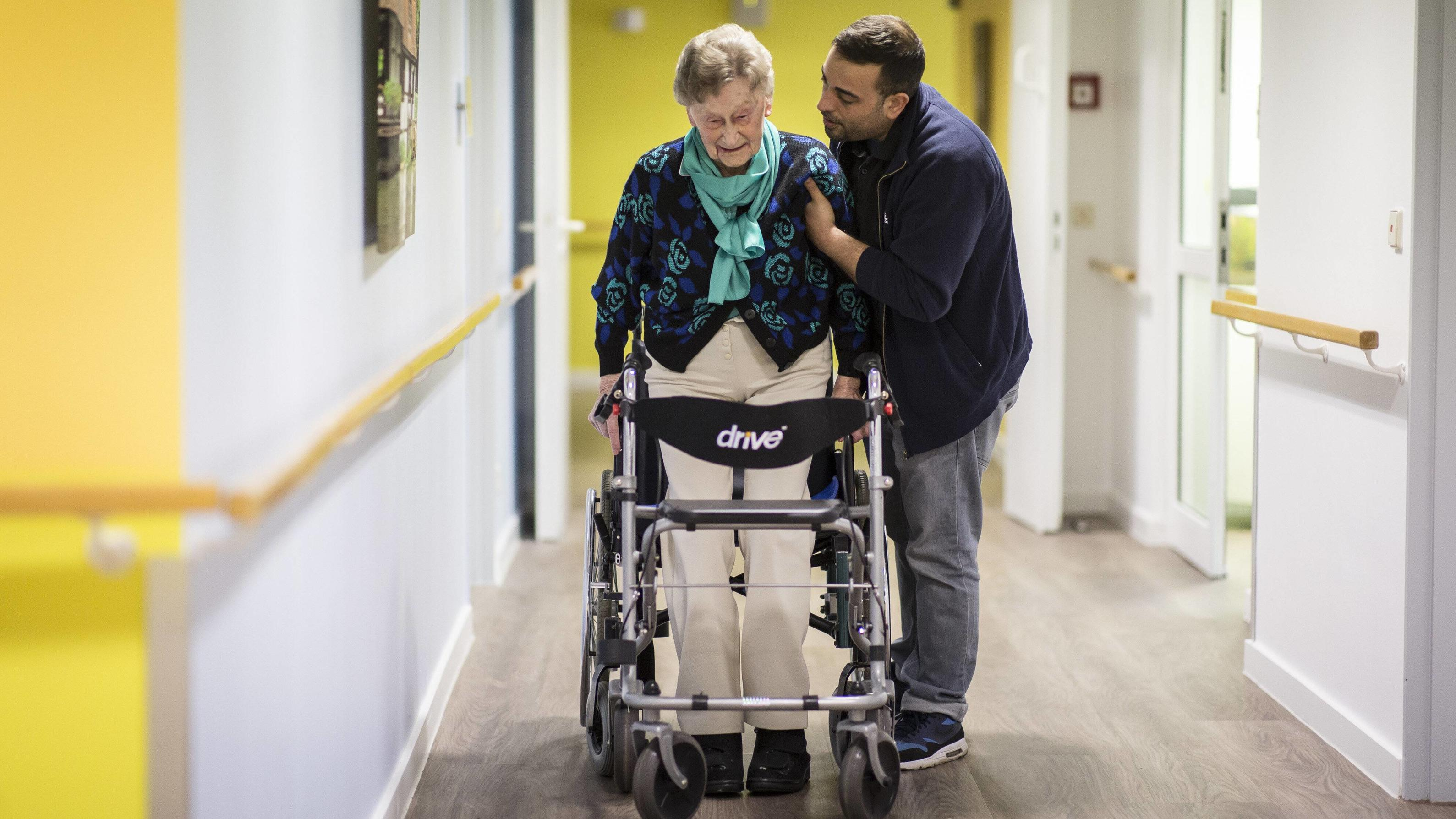 Ein Therapeut der Physiotherapie hilft einer aelteren Frau bei der Nutzung eines Rollators, aufgenommen in Berlin, 27.04.2018. NUR ZUR REDAKTIONELLEN VERWENDUNG. Berlin Deutschland *** A therapist of physiotherapy helps an older woman using a rollato