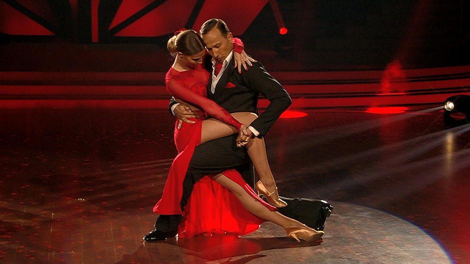 Ann-Kathrin Brömmel holt 26 Punkte mit einem sexy Tango