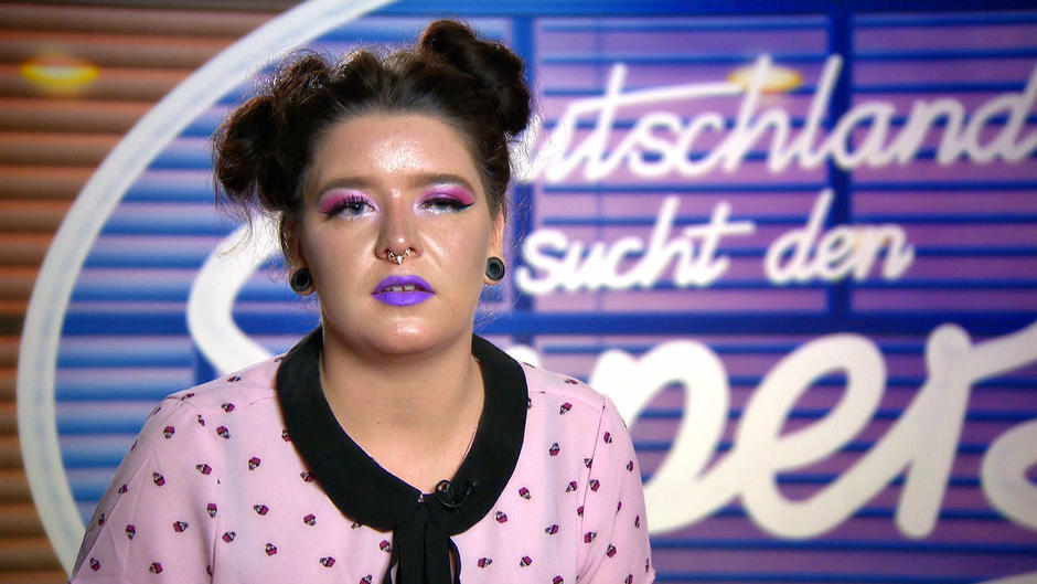 Vanessa Plementas steht auf Galaxy-Make-up