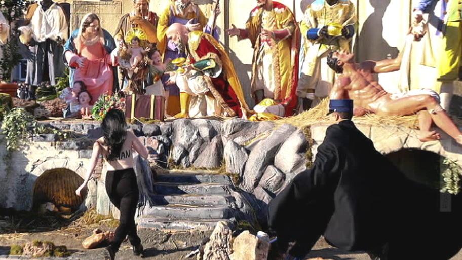 Femen-Aktivistin versucht Jesuskind aus Krippe zu klauen - kurz vor ...