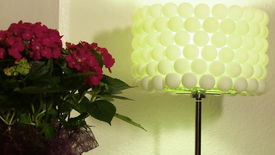 diy lampen mit tischtennisb llen und einem k chensieb selber basteln. Black Bedroom Furniture Sets. Home Design Ideas