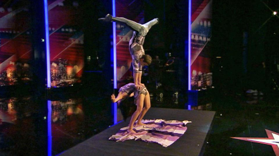 Die superflexible Rita Shpagatova zeigt ihre außergewöhnlichen akrobatischen Talente